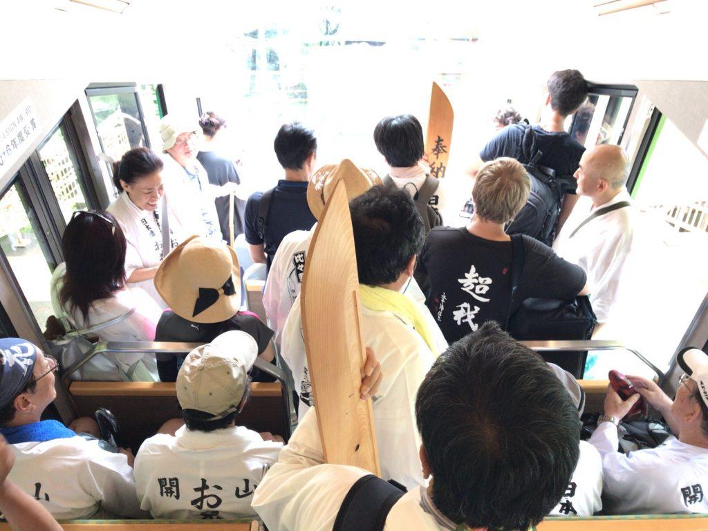 大山詣り行きケーブルカー