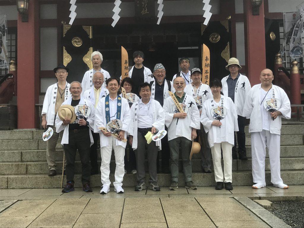 大山詣り参拝後の集合写真